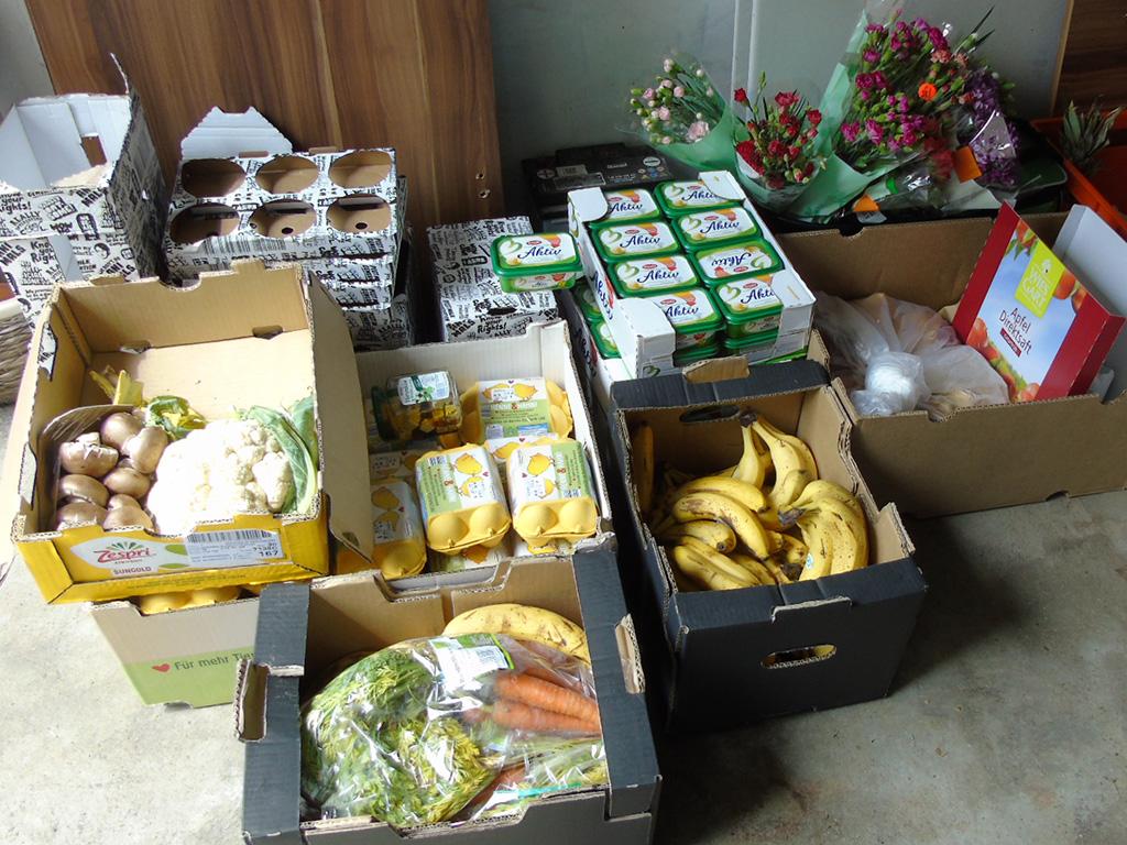 Im Lagerraum befinden sich: Champignons, Eier, Möhren, Blumenkohl, Bananen, Margarine und Schnittblumen