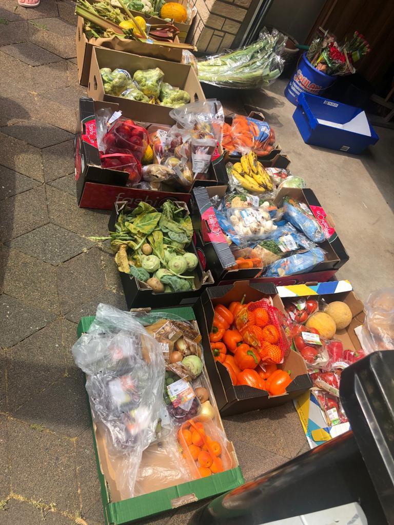 Die volle Ladung frischer Lebensmittel - Obst und Gemüse - vor dem Garagentor